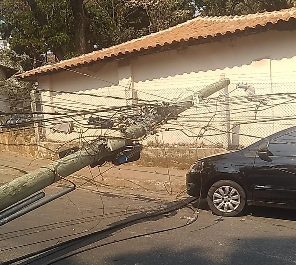Um dos postes atingidos pelo caminhão quase destruiu um carro, no bairro São Paulo, na Região Nordeste de BH. — Foto: Redes sociais
