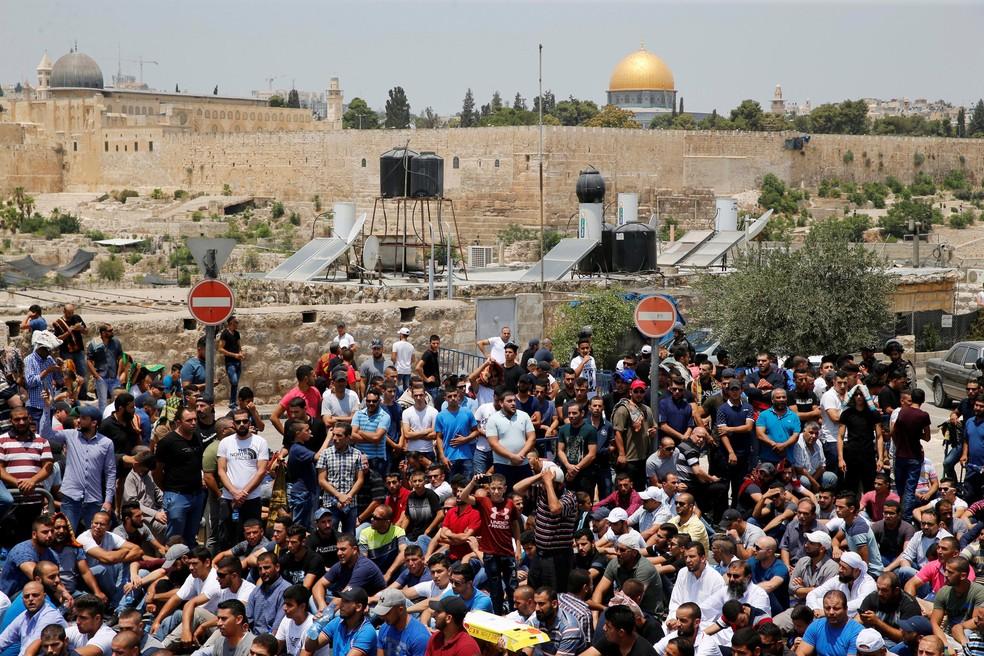 Palestinos se reúnem do lado de fora da Cidade Velha de Jerusalém, nesta sexta-feira (21) após decisão de Israel de barrar o acesso de palestinos com menos de 50 anos à Esplanada das Mesquitas  (Foto: Ammar Awad/ Reuters)