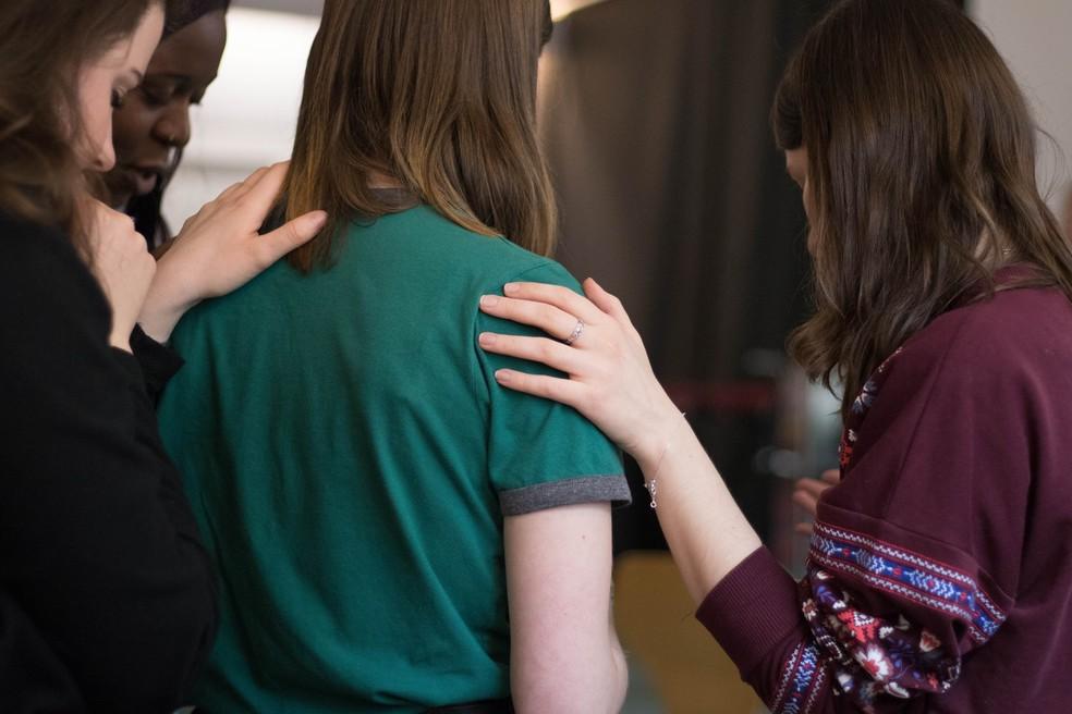 Em primeiro lugar é preciso reconhecer que a conversa sobre suicídio é uma conversa difícil, dizem especialistas. — Foto: Unsplash