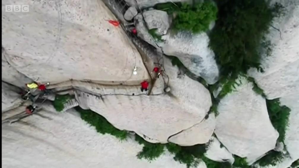 Operários trabalham em penhasco de mais de 2 mil metros de altura na China (Foto: BBC)