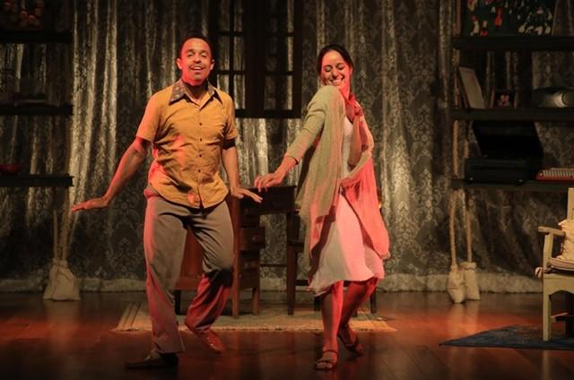 Édio Nunes e Cláudia Mauro na peça 'A vida passou por aqui' (Foto: Divulgação)