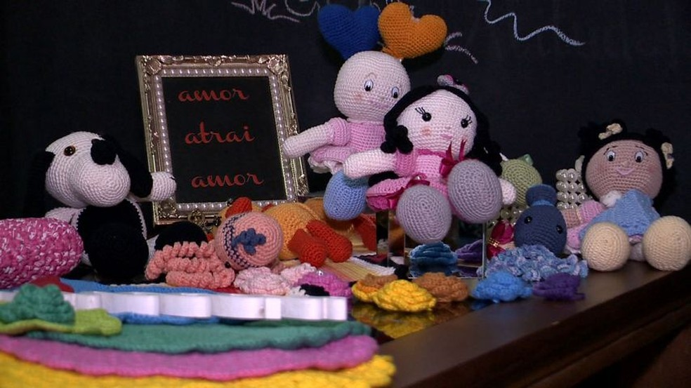 Rogéria faz bonecas de crochê para doar a crianças com câncer (Foto: Roberto Pratti/TV Gazeta)