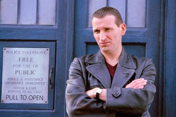 O ator Christopher Eccleston no papel do protagonista da série Doctor Who (Foto: Reprodução)