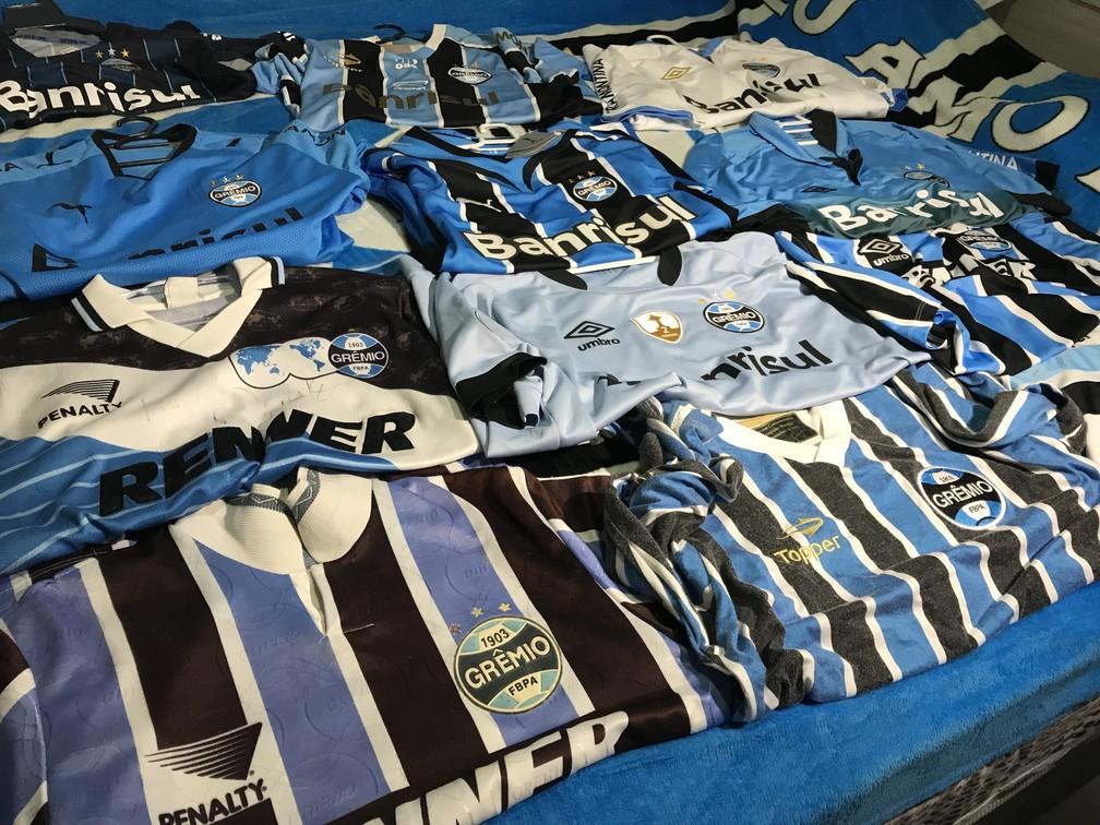 Coleção com mais de 60 camisas do clube gaúcho (Foto: Lucas Barros/GloboEsporte.com)