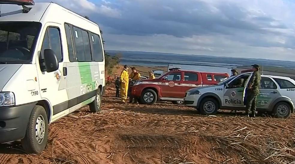 Corpo de Bombeiros contou com ajuda de homens das polícias Ambiental e Militar no trabalho de combate ao fogo (Foto: Polícia Militar/Divulgação)