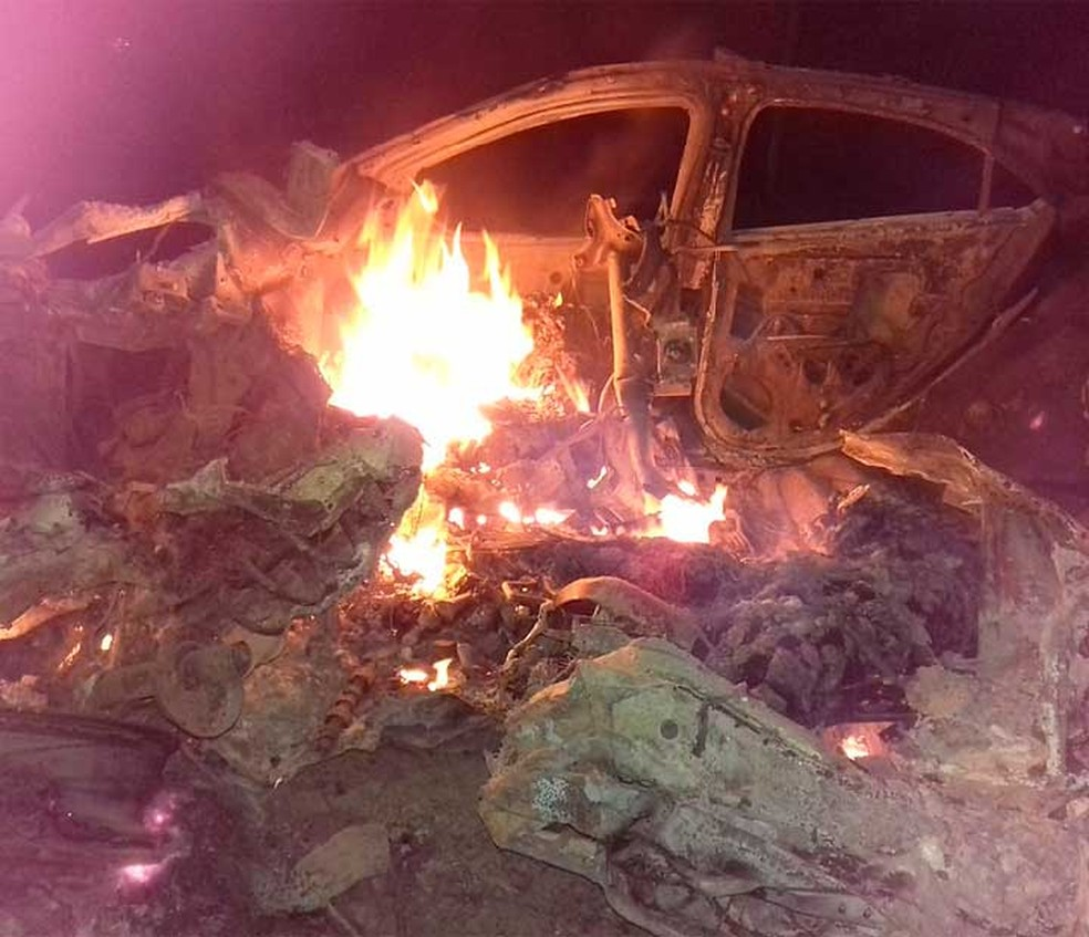 Testemunhas chegaram o local do acidente e ainda encontraram chamas no veículo envolvido no acidente no baixo sul da Bahia (Foto: Caique Freire/Voz da Bahia)