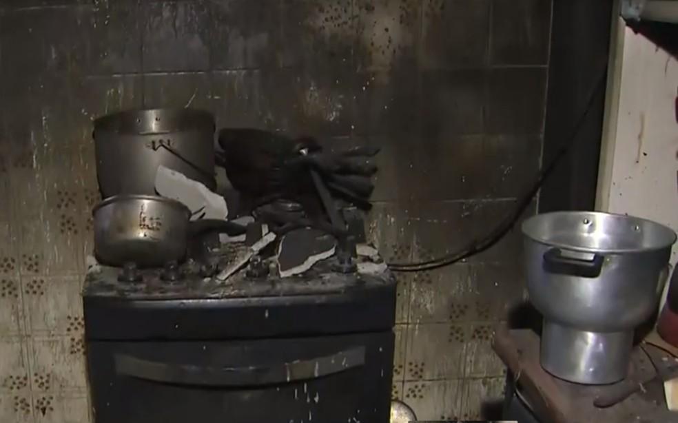 Apartamento foi destruído pelo fogo no bairro do Cabula — Foto: Reprodução/TV Bahia