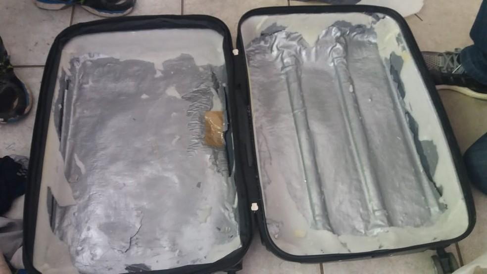 Entorpecentes estavam escondidos na estrutura da mala.  (Foto: PF/Divulgação.)