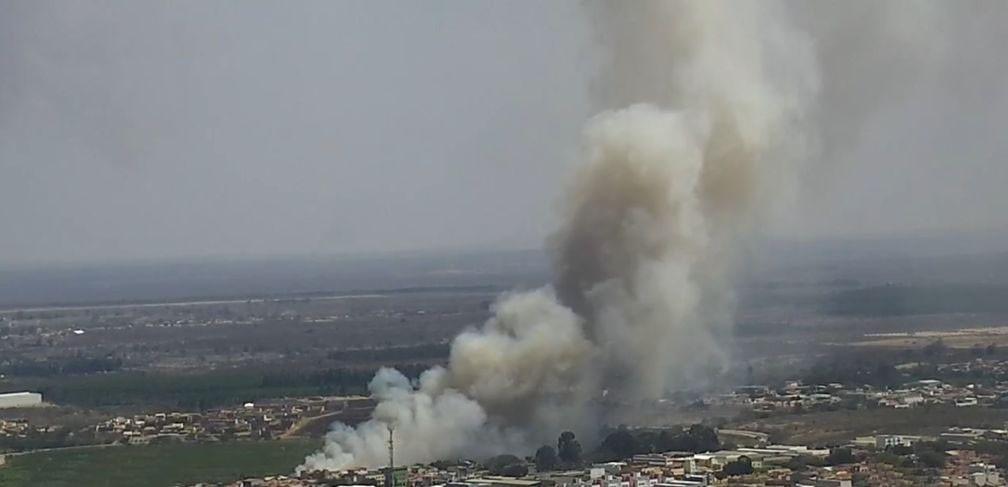 Incêndio atinge área de proteção ambiental do Parque Lagoa das Bateias, na Bahia — Foto: Reprodução/TV Bahia