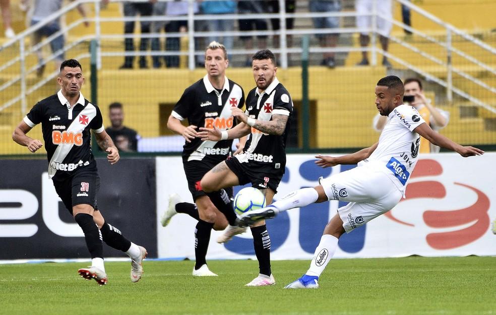 Jorge chuta, e jogadores do Vasco tentam bloquear — Foto: Marcos Ribolli