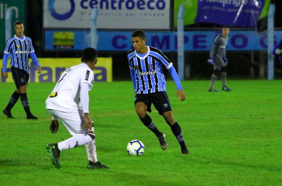 Diego Rosa em ação pelo sub-17 do Grêmio — Foto: Rodrigo Fatturi/DVG/Grêmio