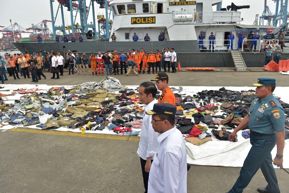 Presidente da Indonésia, Joko Widodo, visita nesta terça-feira (30) centro de operações que comandam buscas após queda de avião — Foto: Adek Berry / AFP