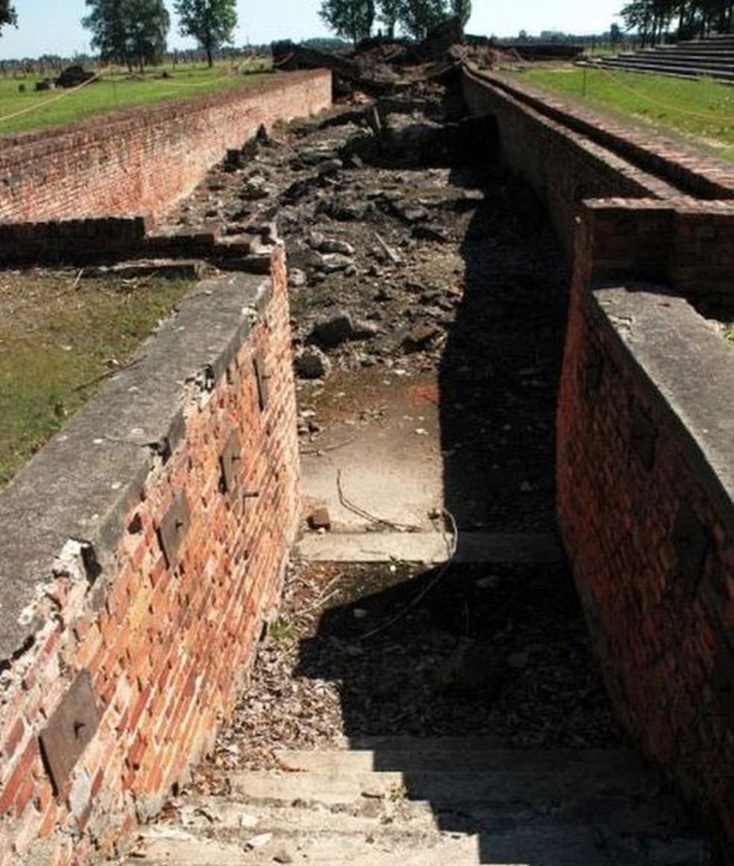 Ruínas da câmara de gás e do crematório 3 - entrada para o vestiário  (Foto: Auschwitz.org)