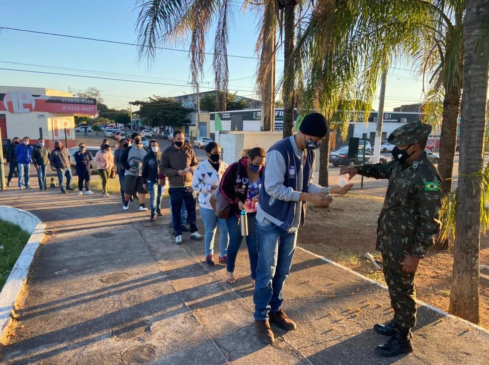 Portões de vacinação foram abertos logo cedo em Corumbá (MS) — Foto: Caio Tumelero/TV Morena