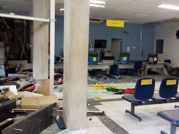 Interior da agência ficou completamente destruído após explosão de caixa eletrônico (Foto: Felipe Valetim/TV Paraíba)