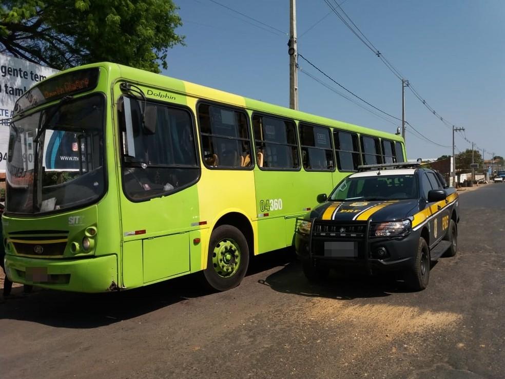Ônibus é apreendido com placa de outro veículo — Foto: Divulgação/PRF