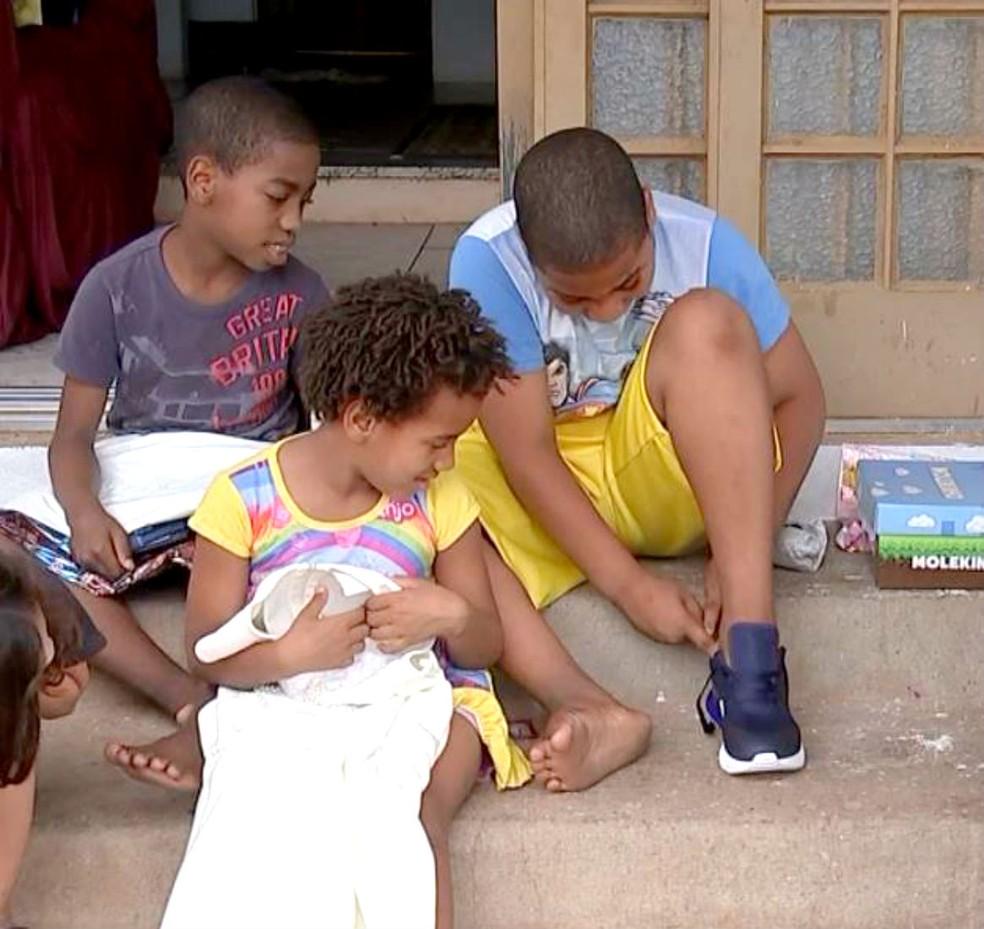 Os filhos da mulher que devolveu a carteira também ganharam presentes de Natal — Foto: TV TEM/Reprodução
