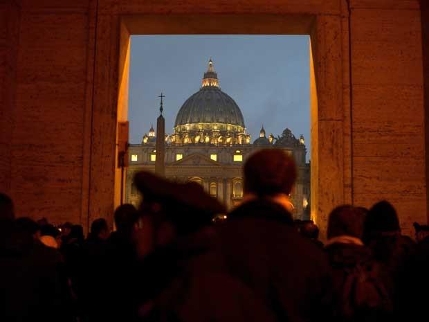 Pessoas se reúnem em frente a cúpula de São Pedro, no Vaticano, depois que o papa Bento XVI anunciou que vai renunciar ao cargo. (Foto: Filippo Monteforte / AFP Photo)