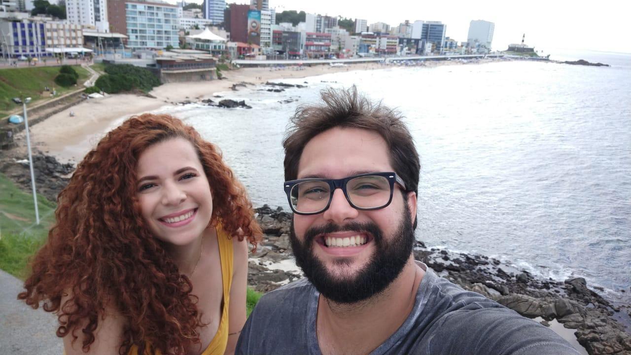 Casal se conhece após rapaz cochilar no ônibus e estudante oferecer colo durante a viagem  - Notícias - Plantão Diário