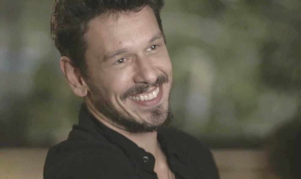 Alain (João Vicente de Castro) se alegra ao saber do interesse de Daniel por Minas Gerais — Foto: TVGLOBO