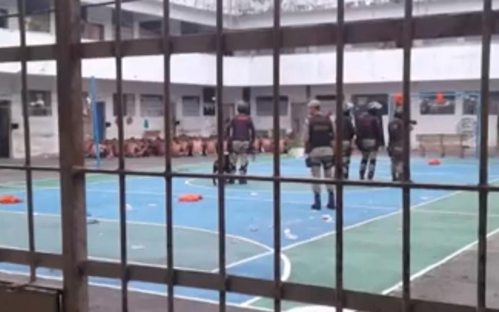 Onze pessoas ficaram feridas em um princípio de rebelião em colônia penal de Simões Filho — Foto: Reprodução / TV Bahia