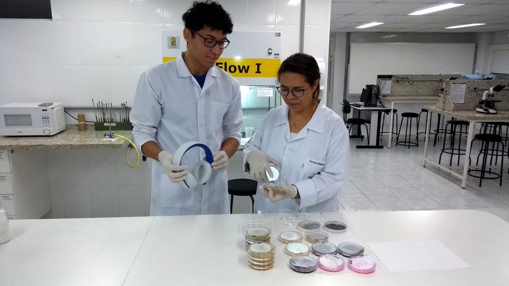 Rosana e Márcio, pesquisadores da Metrocamp que analisaram a contaminação nos fones de ouvido (Foto: Patrícia Teixeira / G1)