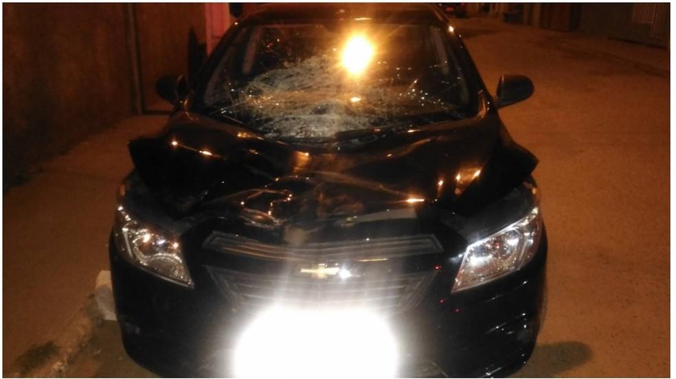 Frente do carro ficou destruída com o atropelamento (Foto: Polícia Militar/Divulgação)