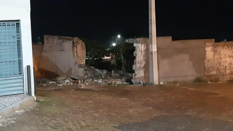 Suspeito de assalto foi preso depois de bater e derrubar muro durante perseguição em Natal — Foto: Sérgio Henrique Santos/InterTV Cabugi