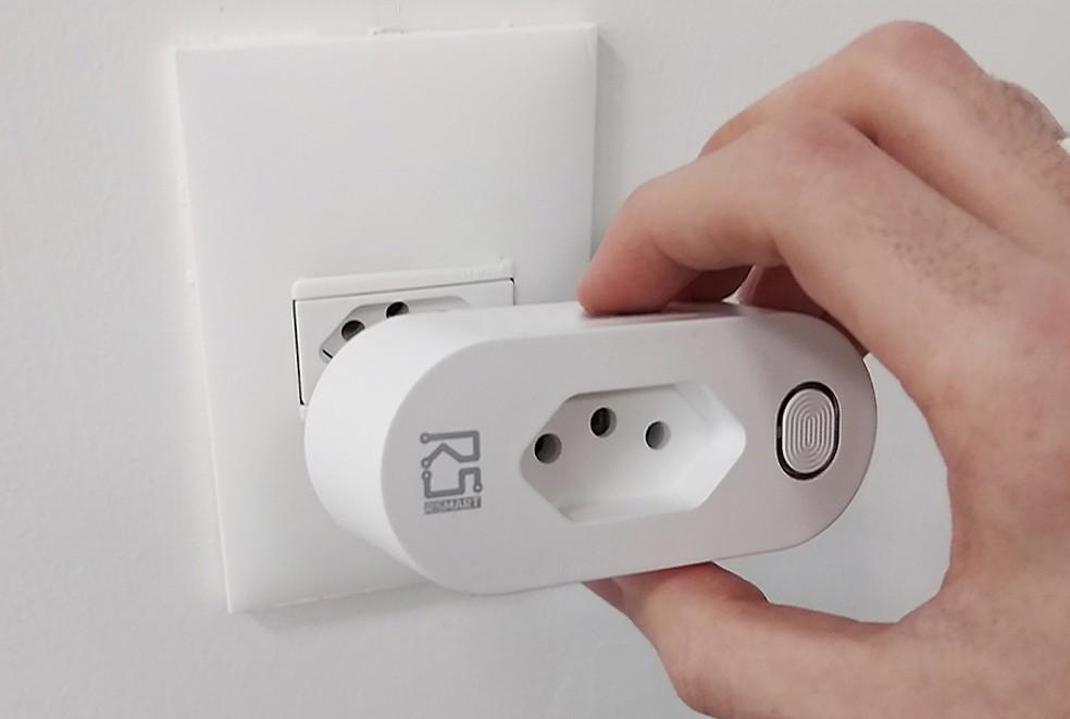 Smart Plug Wi-Fi RSmart permite acompanhar o consumo dos equipamentos — Foto: Divulgação/RSmart