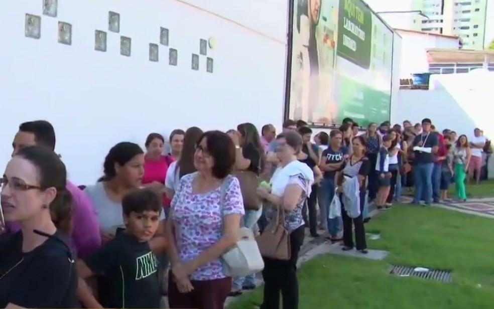 Filas para se vacinar contra a gripe H1N1 em clinica particular de Goiânia, Goiás (Foto: Reprodução/TV Anhanguera)