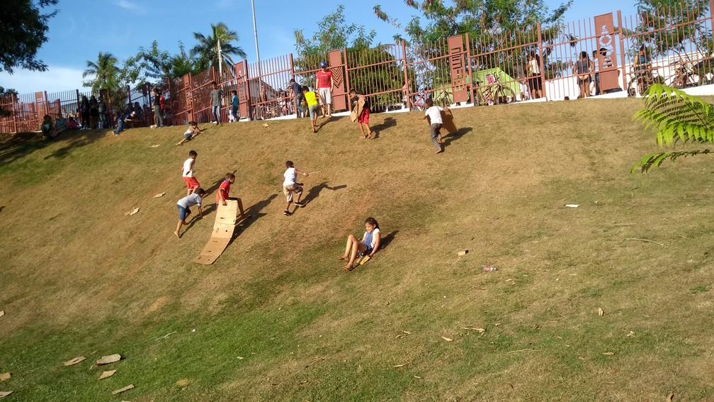 Crianças fizeram várias brincadeiras na EFMM (Foto: Lívia Costa/GloboEsporte.com)