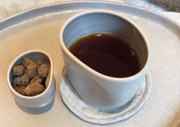 Chá da nova loja da Paula Raia - tanto o blend como as cerâmicas onde a bebida é servida foram feitas sob encomenda para lá (Foto: Divulgação)