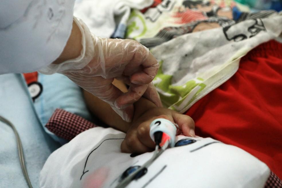 Criança assistida por sistema de home care — Foto:  Mariana Raphael/ Secretaria de Saúde