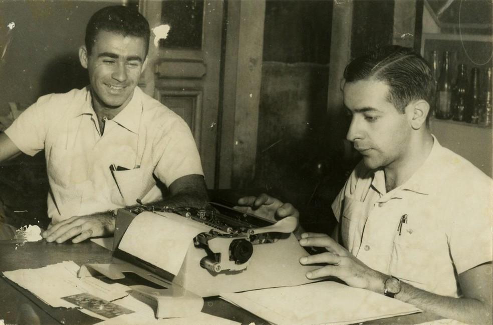 Francisco Moreno Netto a redigir contrato do jogador Ilton Chaves, do Atlético, na década de 1950 — Foto: Arquivo Pessoal