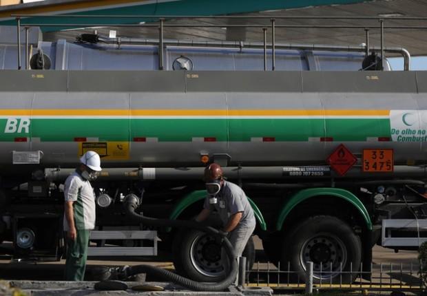 Caminhão abastece posto de combustível em Porto Alegre - frete - gasolina - posto - diesel  (Foto: Diego Vara/Reuters)