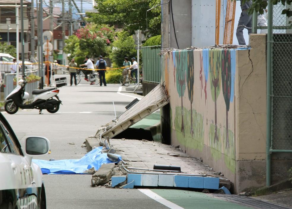 Parede cedeu e menina morreu perto de uma escola em Osaka, no Japão, após terremoto (Foto: Shuichiro Sugiyama/Kyodo News via AP)