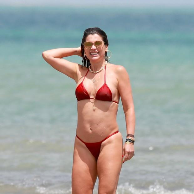 Flávia Alessandra em praia em Jericoacoara (Foto: Agnews)