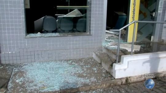 Criminosos explodem cofre de agência e tiros atingem sede de prefeitura na Bahia