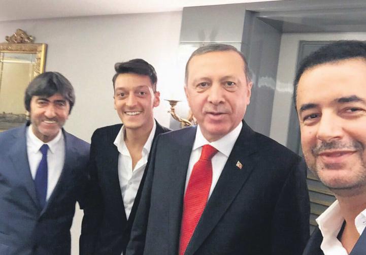 Uma selfie feita no encontro de Ozil com o presidente turco Recep Tayyip Erdogan (Foto: Reprodução)