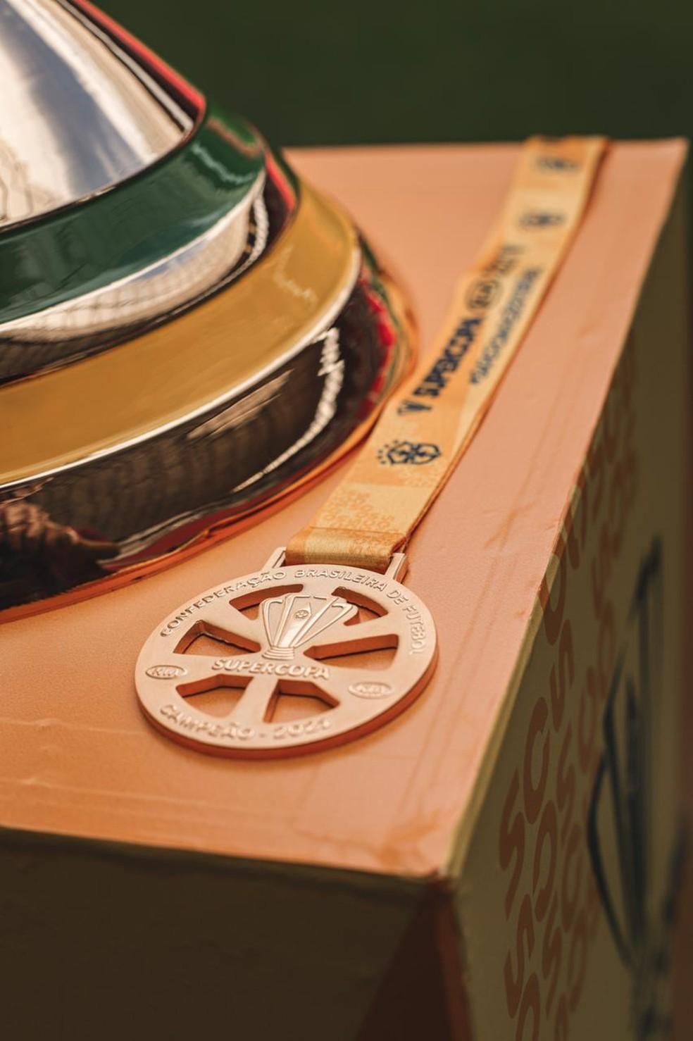 Detalhe da medalha de campeão da Supercopa — Foto: Ricardo Ribeiro