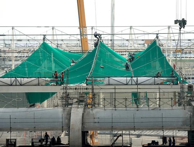 Maracanã se prepara para cobertura e instala redes de proteção a alpinistas
