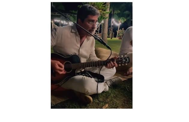 Junno Andrade, marido de Xuxa, cantou durante a festa (Foto: Reprodução)