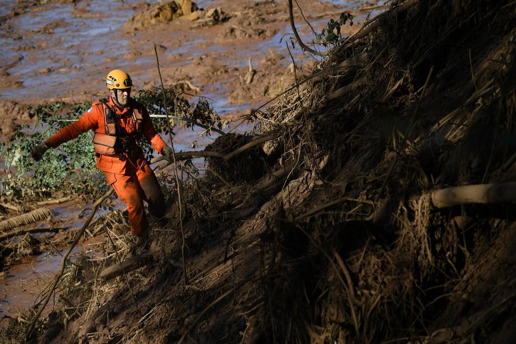 Bombeiro trabalha em equipe de buscas em Brumadinho após rompimento de barragem — Foto: Mauro Pimentel/AFP