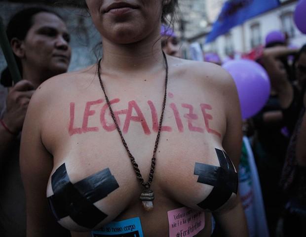 8 de Março de 2018: no Rio de Janeiro, mulheres saem às ruas pedindo pela descriminalização do aborto (Foto: Getty Images)