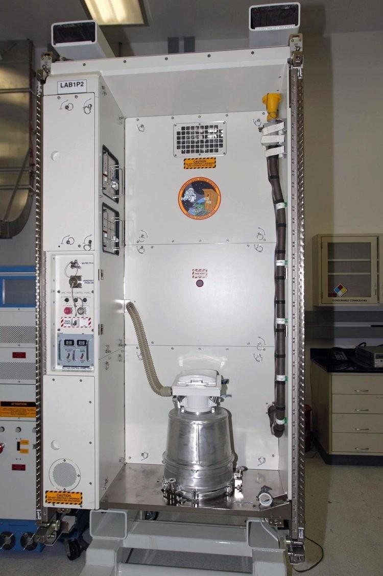 Compartimento de higiene enviado à ISS na nave Endeavour, durante missão STS-126 mission.  (Foto: NASA)