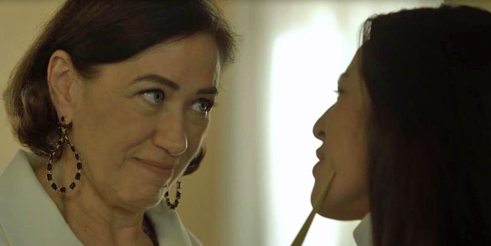 Valentina (Lilia Cabral) diz a Laura (Yanna Lavigne) que dessa vez vai conseguir matá-la, em 'O Sétimo Guardião' — Foto: TV Globo