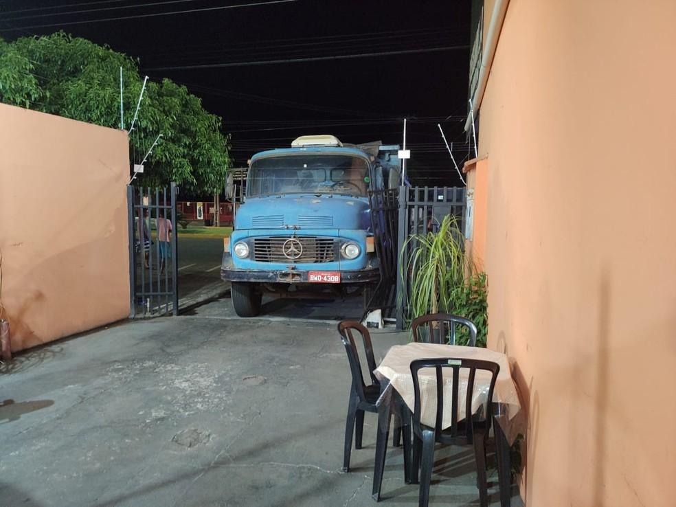 Homem fugiu deixando caminhão no local, mas, foi preso em seguida — Foto: Polícia Civil/Divulgação