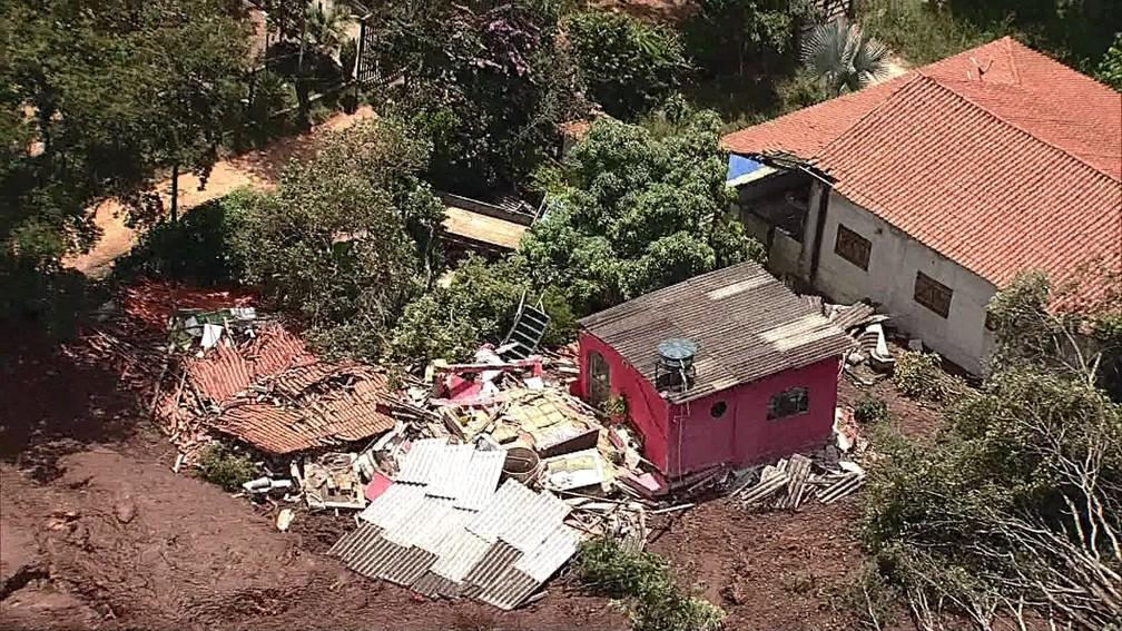 Casa destruída após rompimento de barragem — Foto: TV Globo