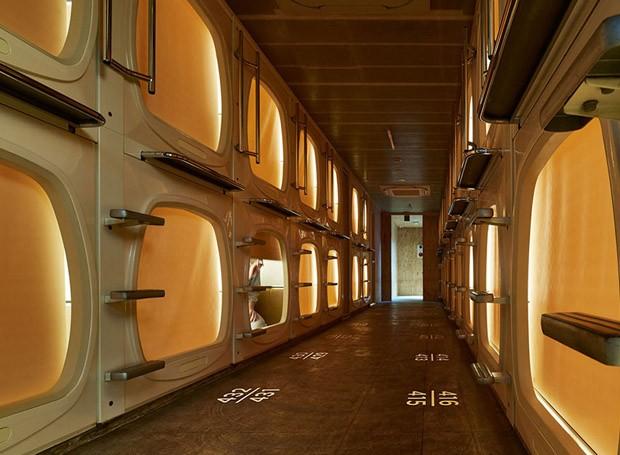 Reforma de hotel-cápsula no Japão combina acabamentos contemporâneos com design retrô