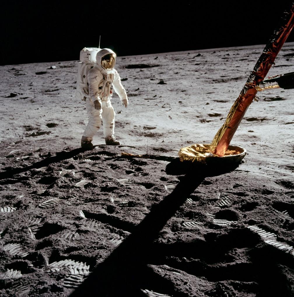 Exploradores voltam ao módulo lunar após 2:30 em solo — Foto: Divulgação/Nasa